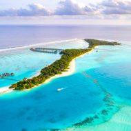 タークス・カイコス諸島でウェイクサーフィン